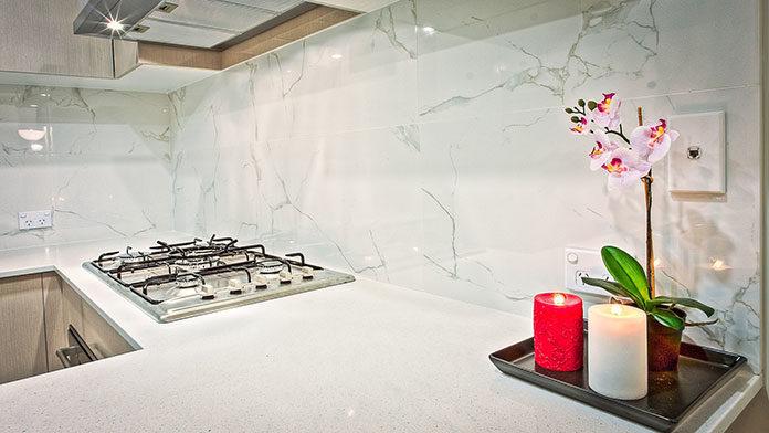 Nie usuwaj płytek w kuchni lub w łazience. Pomaluj je.