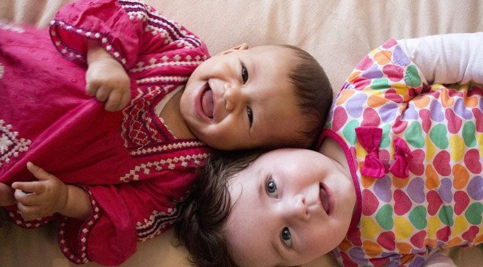 Śpiochy, półśpiochy, kaftaniki - które ubranka dla niemowląt sprawdzą się najlepiej