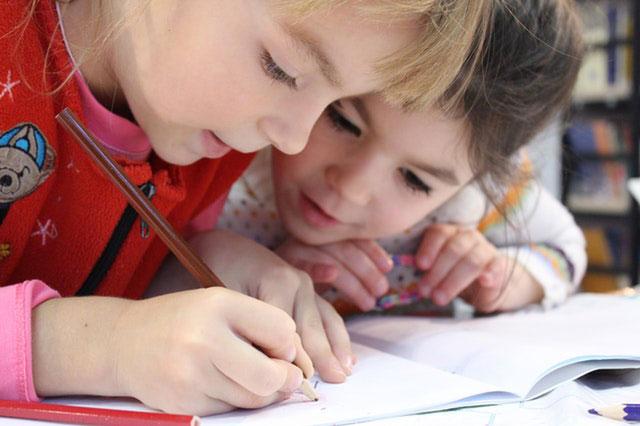Jakie akcesoria pomogą w rozwinięciu dziecięcych zdolności plastycznych